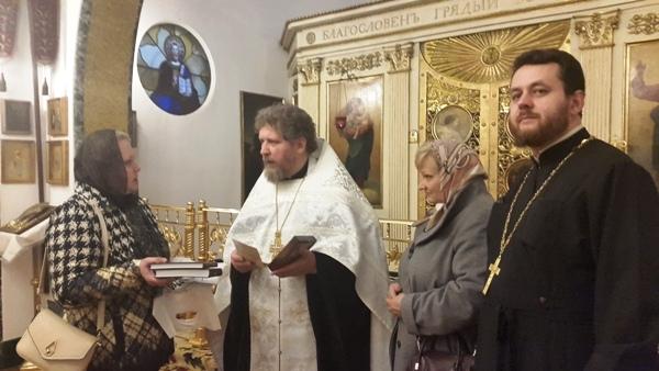 3. Директор музея Н.В. Голубева передает настоятелю книги и копию предположительного портрета М.А. Чернышевой