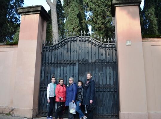 5. Исследователи у ворот кладбища Тестаччо, где похоронена М.А. Чернышева